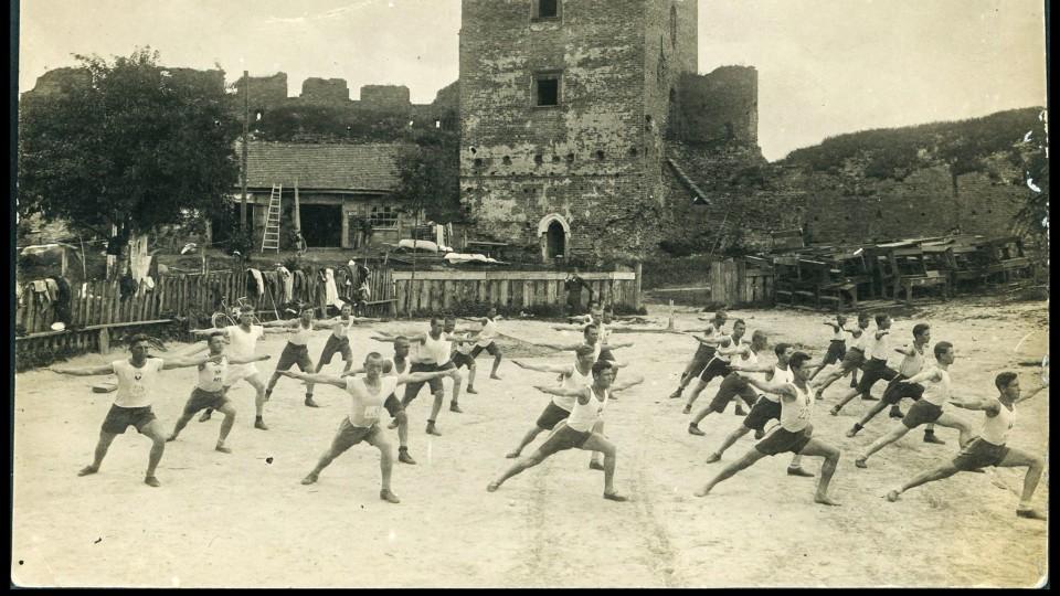 Як у 1939 біля Луцького замку займалися «гімнасти». РЕТРОФОТО
