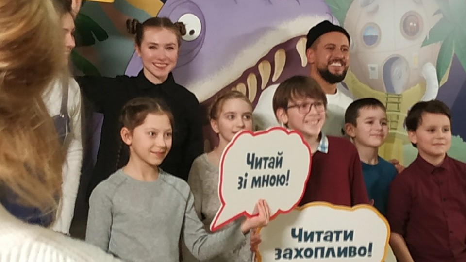 Співак з Луцька Монатик влаштував особливим дітям справжню казку з динозаврами. ФОТО